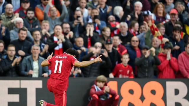Mohamed Salah marca o segundo gol do Liverpool contra o Manchester City