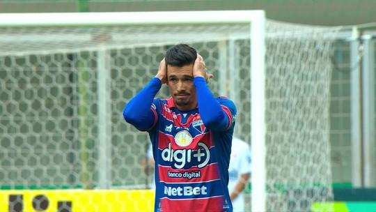 Juninho tenta recuar de longe e marca golaço contra para o Atlético-MG
