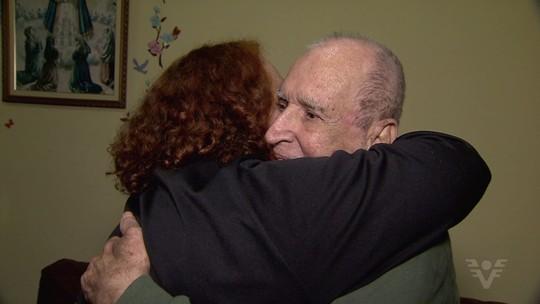 Aposentado reencontra filha depois 47 anos afastados: 'Muita alegria'