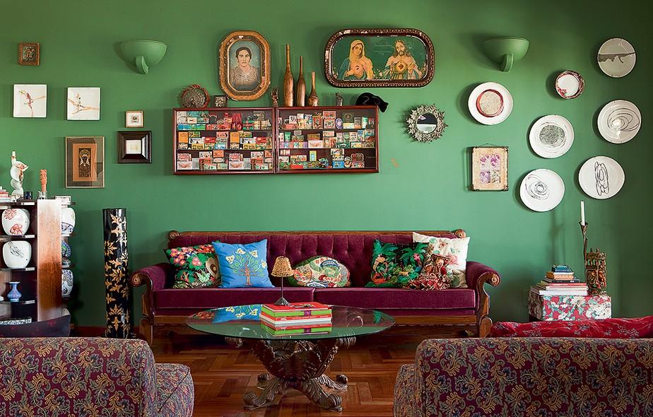 A parede verde é a base para a diretora de arte Michelle Jorge Seddig expor lembranças de viagens, coleções e retratos de família