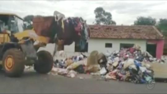 Prefeitura de Itápolis retira cinco caminhões de entulho de casa de acumuladora