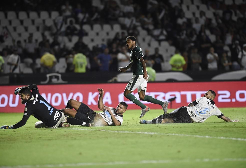 Luiz Adriano fez o segundo gol do Palmeiras — Foto: André Durão