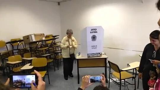 Professora Lisete vota em SP e diz que acredita no apoio de mulheres e professores