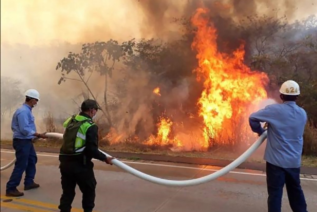 Imagem do combate aos incêndios na Bolívia — Foto: Divulgação/Ministério da Defesa da Bolívia