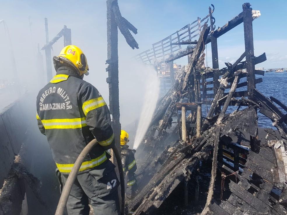 Incêndio destrói embarcação no Centro de Manaus  (Foto: Divulgação/Corpo de Bombeiros)
