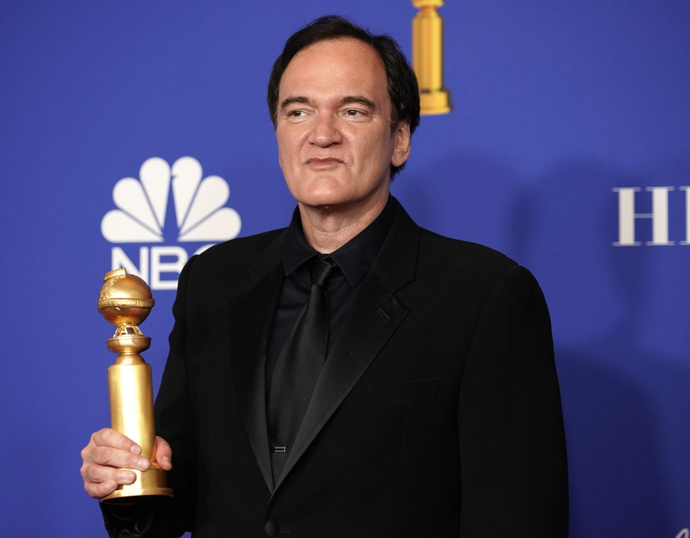 """Quentin Tarantino posa com o Globo de Ouro de melhor roteiro por """"Coringa"""" — Foto: Mike Blake/Reuters"""