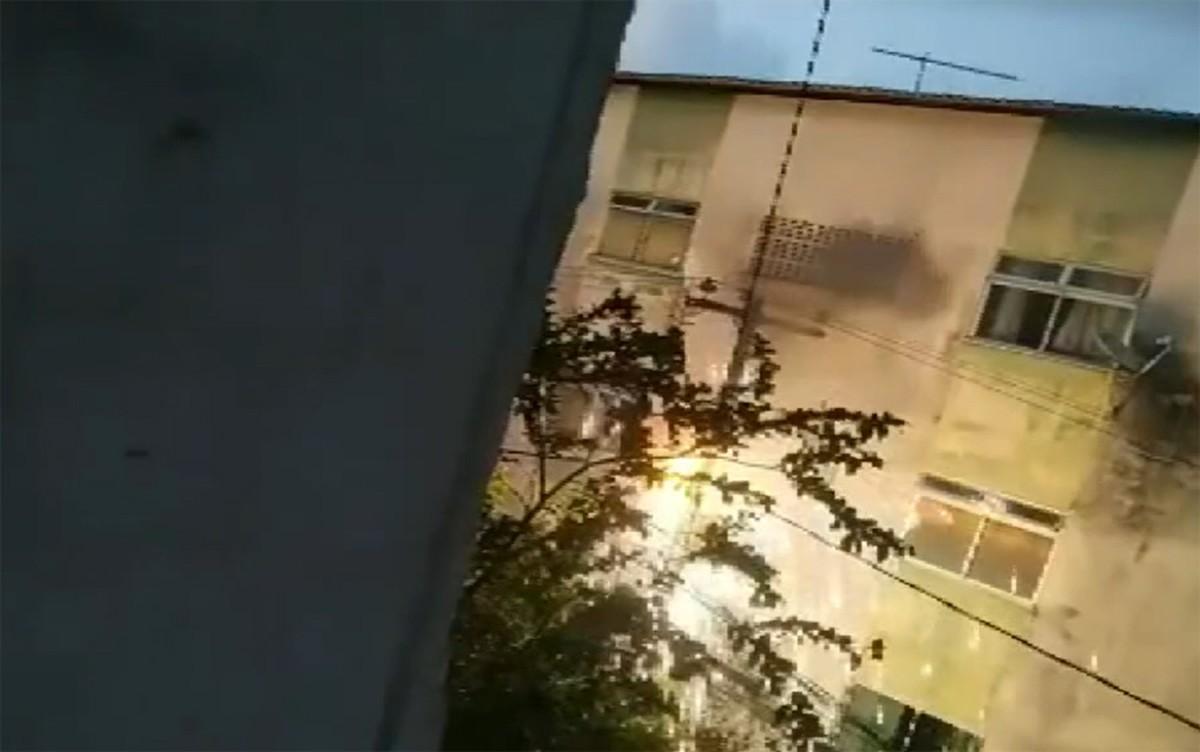 Fiação de poste pega fogo em rua do Doron, em Salvador, e moradores ficam sem energia elétrica