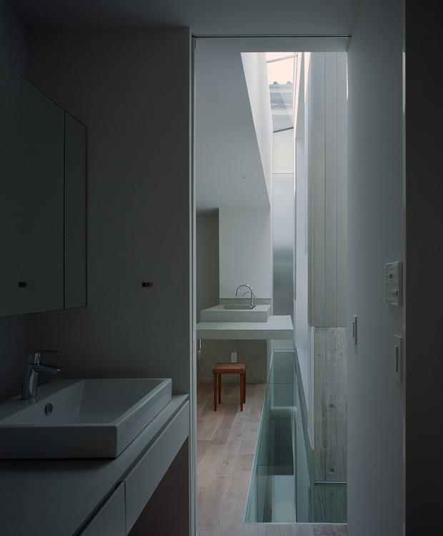 O piso de tacos aparece no banheiro e no quarto para trazer aconchego (Foto:  Katsuya Taira/Studio Rem/ Deezen / Reprodução)