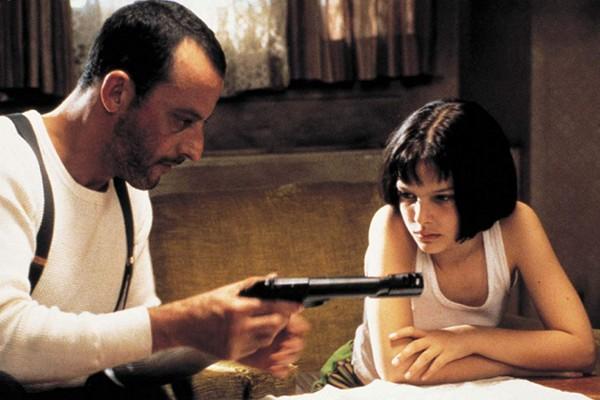 A atriz Natalie Portan, aos 13 anos, em cena de O Profissional (1994) com o ator Jean Reno (Foto: Reprodução)