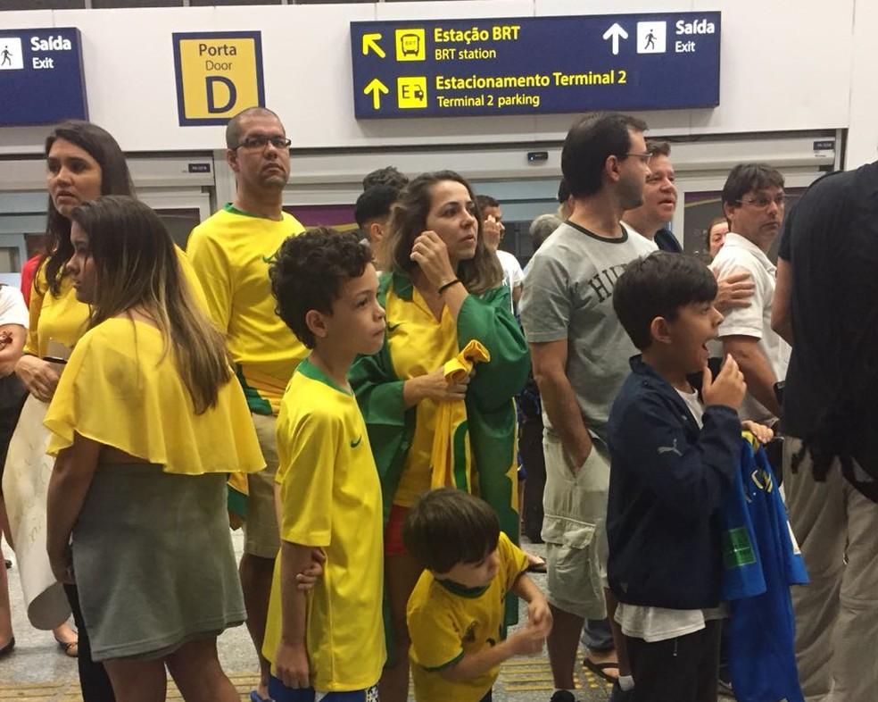 Crianças foram no meio da madrugada para o aeroporto esperar a Seleção (Foto: Lucas Loos)