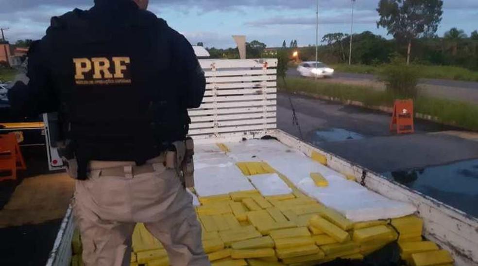 Homem é preso com cerca de duas toneladas de maconha em caminhão na Bahia — Foto: Divulgação/PRF