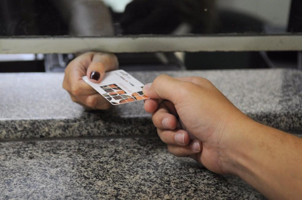 Estudante recebe passe livre estudantil em guichê (Foto: Dênio Simões/Agência Brasília)