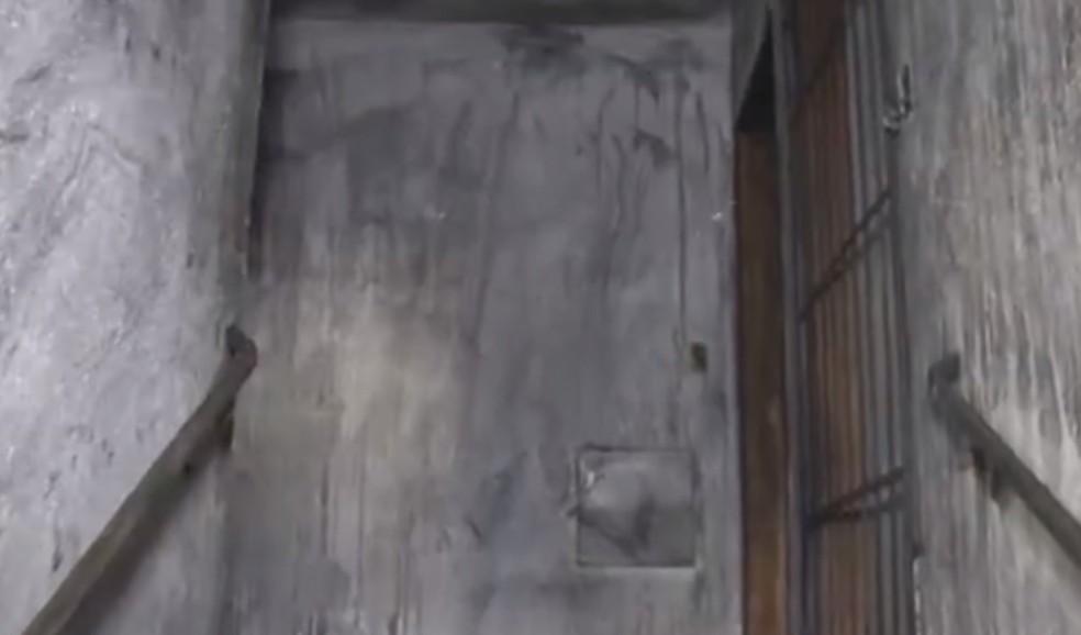 Prédio ficou com paredes queimadas após incêndio  — Foto: Reprodução/TV Bahia