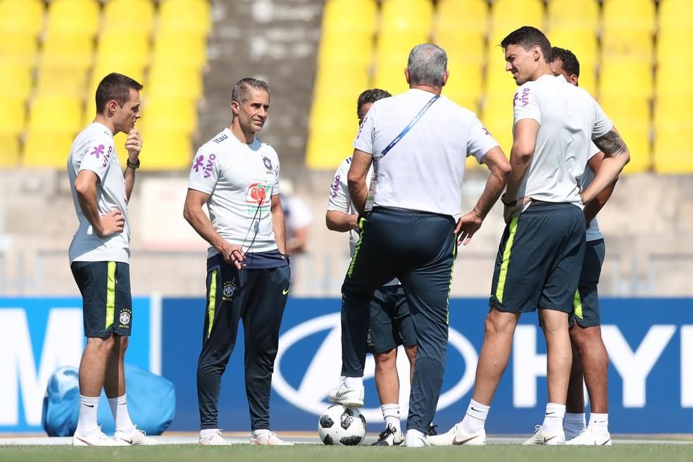 Comissão técnica da Seleção conversa em campo (Foto: Lucas Figueiredo/CBF)