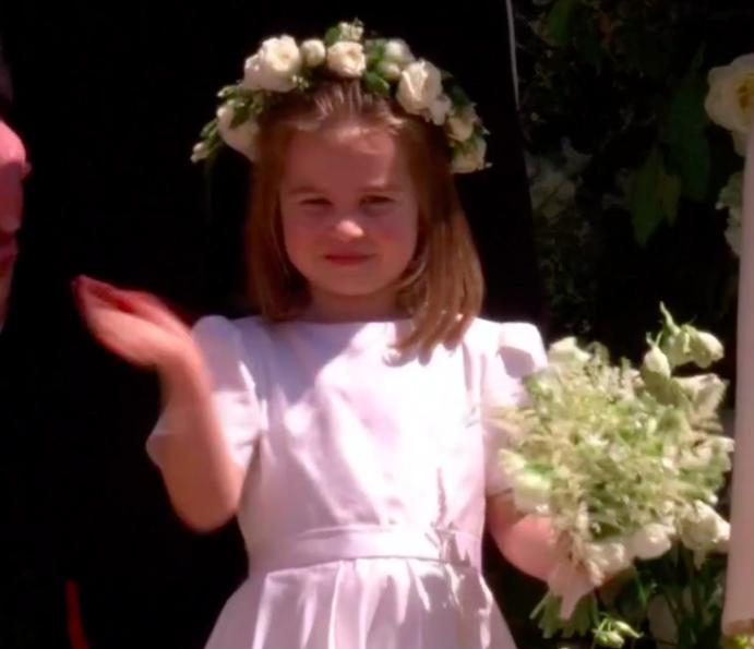 Princesa Charlotte acenando na saída da Capela (Foto: Reprodução Youtube)