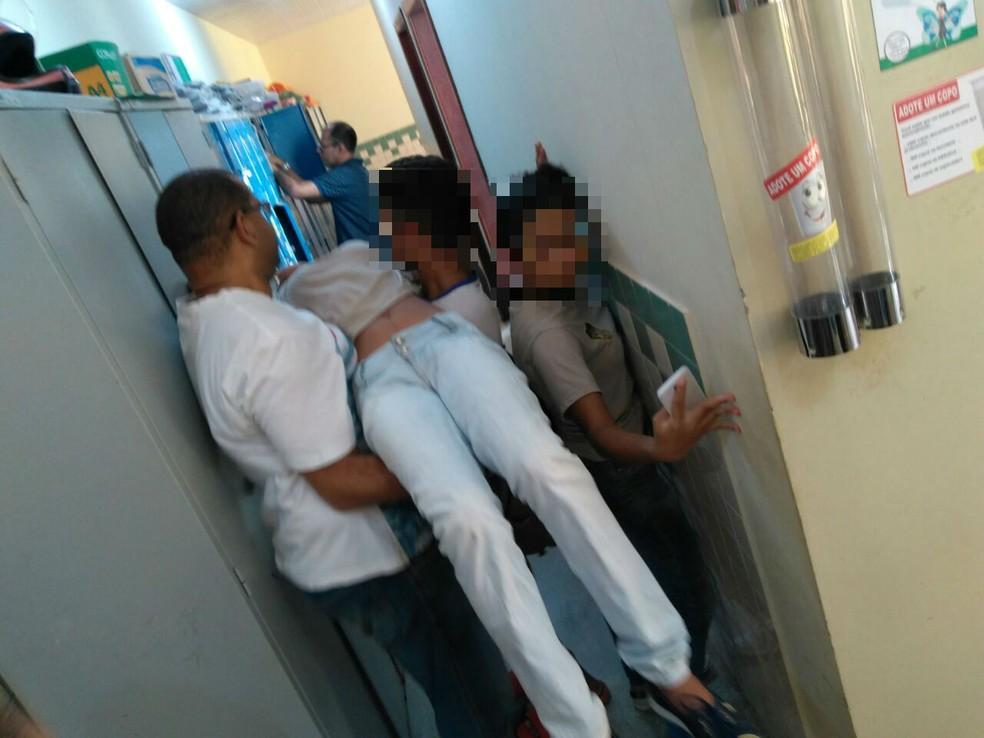 Estudante desmaiou durante momento cívico  (Foto: Divulgação)