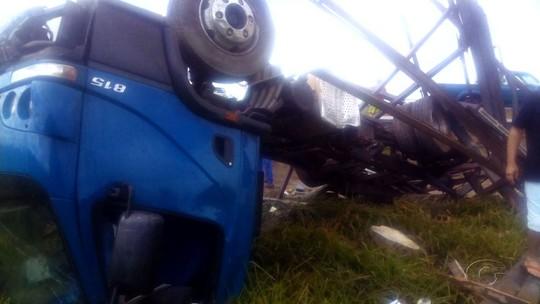 Capotamento de caminhão deixa mortos e feridos na BR-101, em Junqueiro