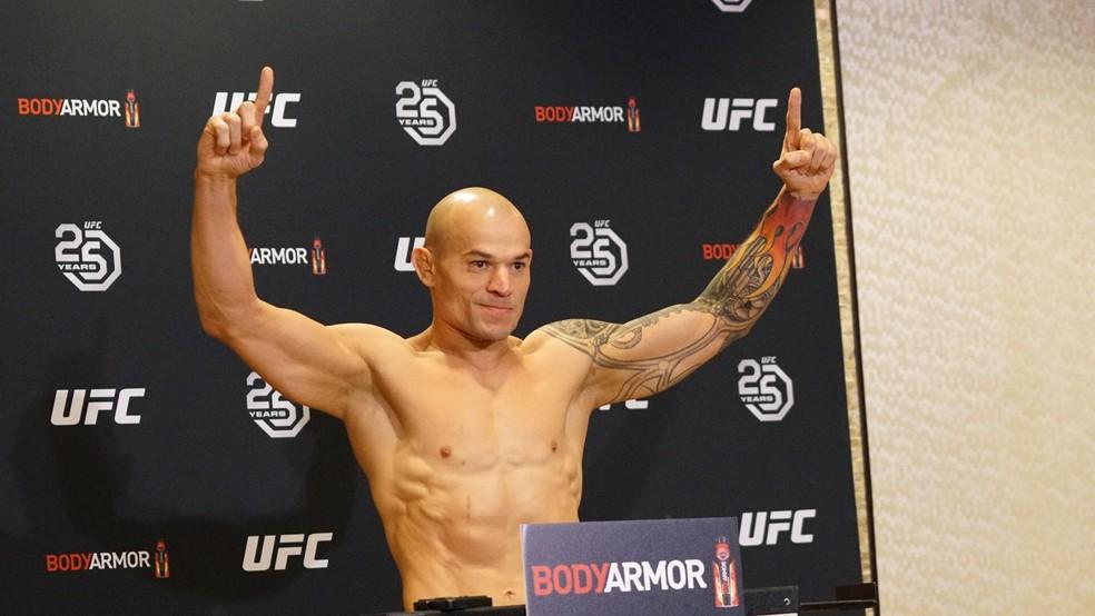 Gleison Tibau comemora ao ter seu peso anunciado no UFC 220 (Foto: Evelyn Rodrigues)