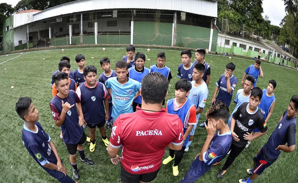 Garotos recebem orientações em treino da escolinha do Bolívar em São Paulo — Foto: Marcos Ribolli