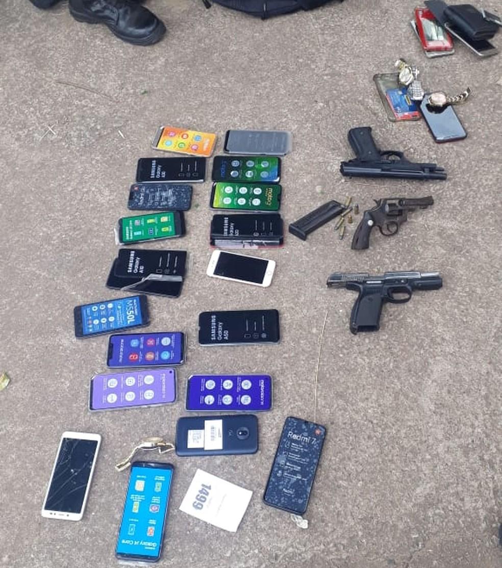 Objetos e armas estavam em posse dos suspeitos — Foto: Polícia Militar - MT