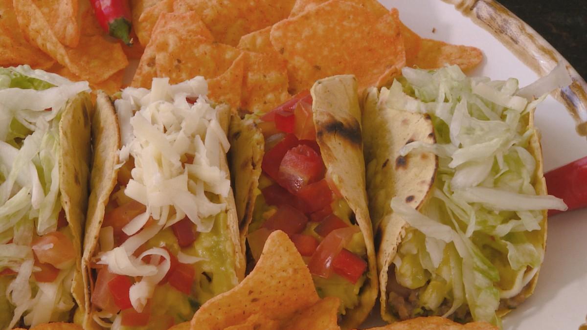 Taco mexicano recheado com chilli e guacamole