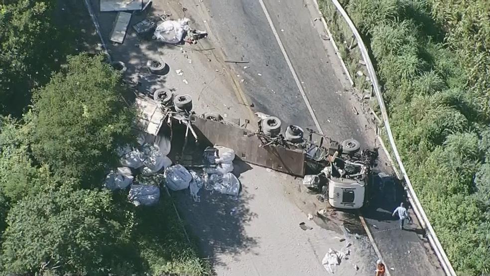 Carreta tombada após acidente na BR-020 — Foto: TV Globo/Reprodução