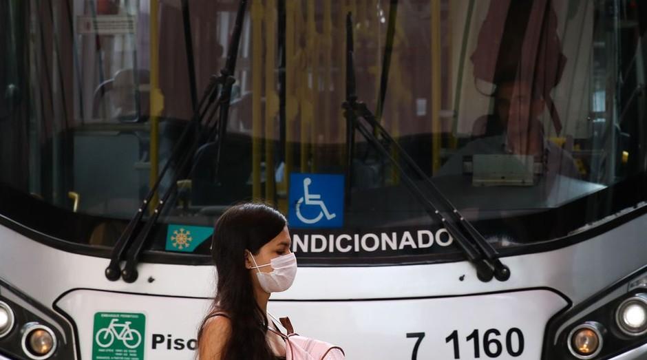 Passageira de ônibus no terminal Bandeira, adere ao uso de máscaras descartáveis por precaução contra o coronavírus (Foto: Rovena Rosa/Agência Brasil)
