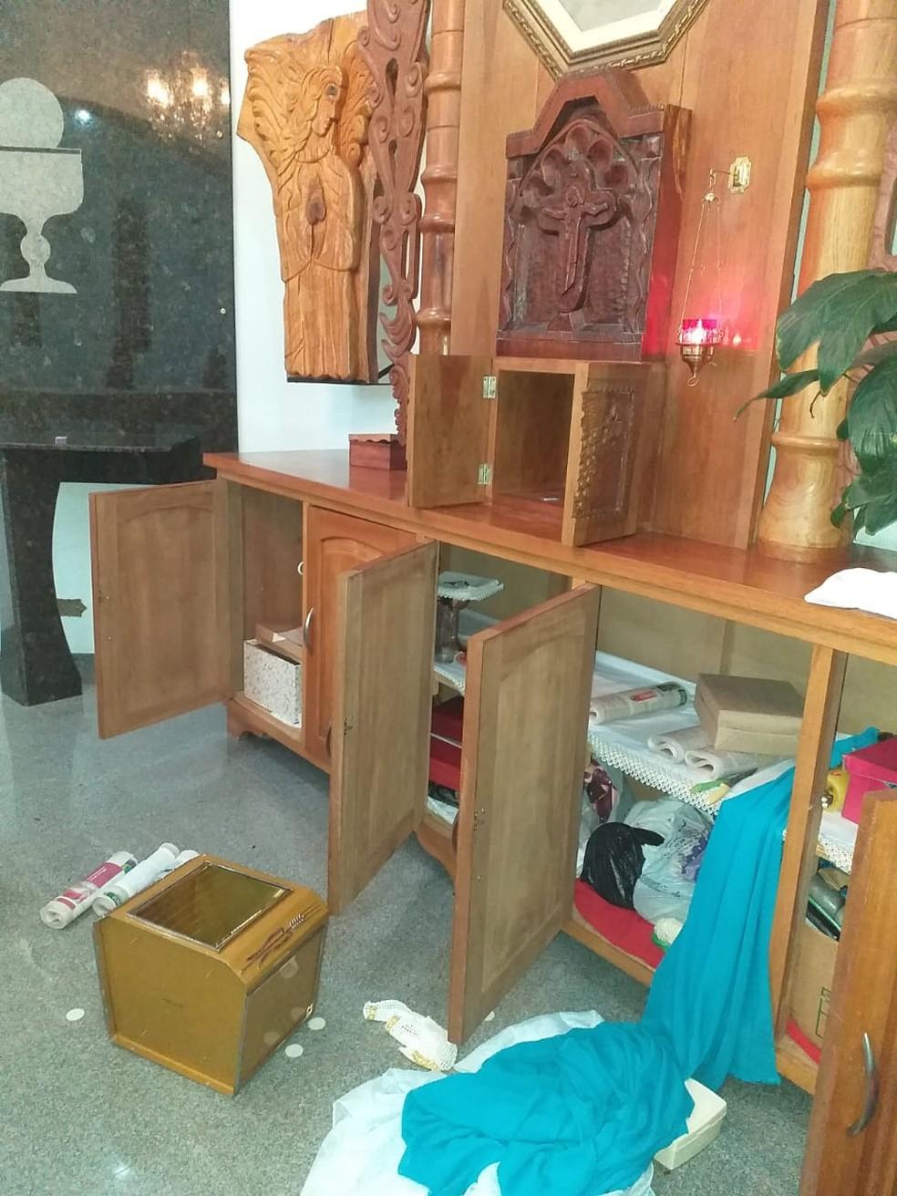 Suspeitos reviraram o sacrário e a mesa do dízimo da capela — Foto: Padre Walter Roberto Pereira/Arquivo Pessoal