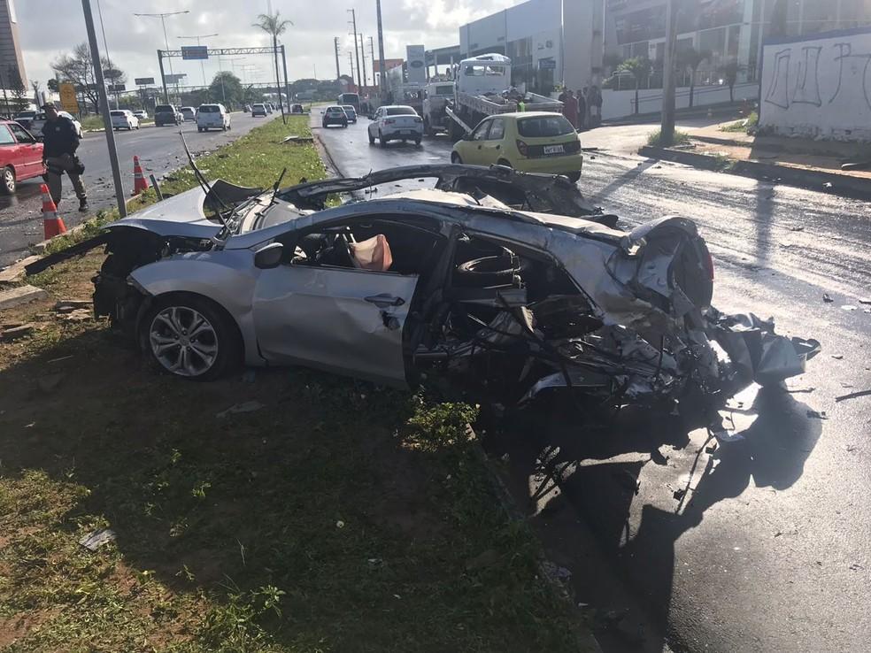 Carro ficou destruído após colisão com caminhão na BR-101, em Natal (Foto: Kleber Teixeira/Inter TV Cabugi)