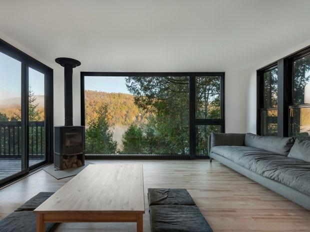 Com fachada preta e minimalismo, chalé de 64 m² surpreende