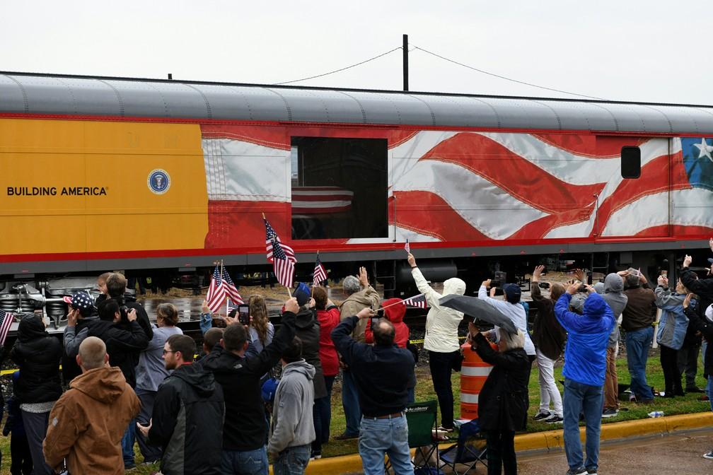 Pessoas saúdam passagem do trem com o corpo do ex-presidente dos EUA George H. W. Bush no Texas — Foto: Nick Oxford/Reuters