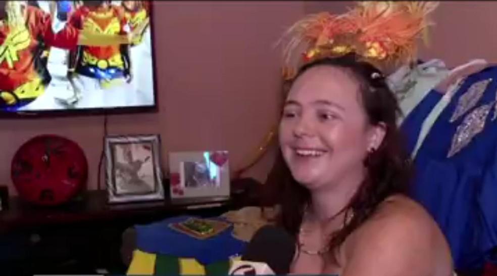 Apaixonada por Carnaval, moradora de Angra dos Reis desfila há oito anos no Rio como porta-bandeira — Foto: Reprodução/TV Rio Sul