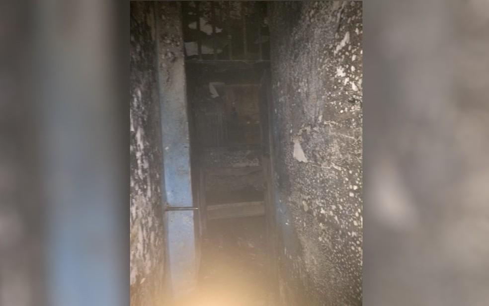 Alojamento ficou destruído após incêndio em centro de internação, em Goiânia (Foto: Reprodução/TV Anhanguera)