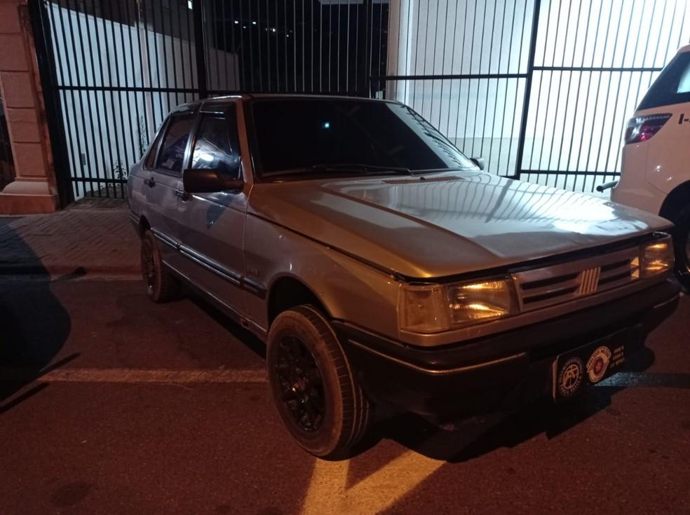 A polícia busca identificar o dono do carro para devolver o veículo — Foto: Divulgação/Polícia Militar
