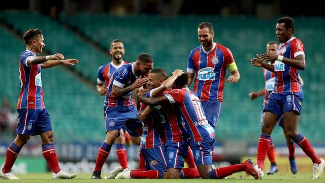 Jogadores abraçam Nino Paraíba após gol marcado na Arena Fonte Nova