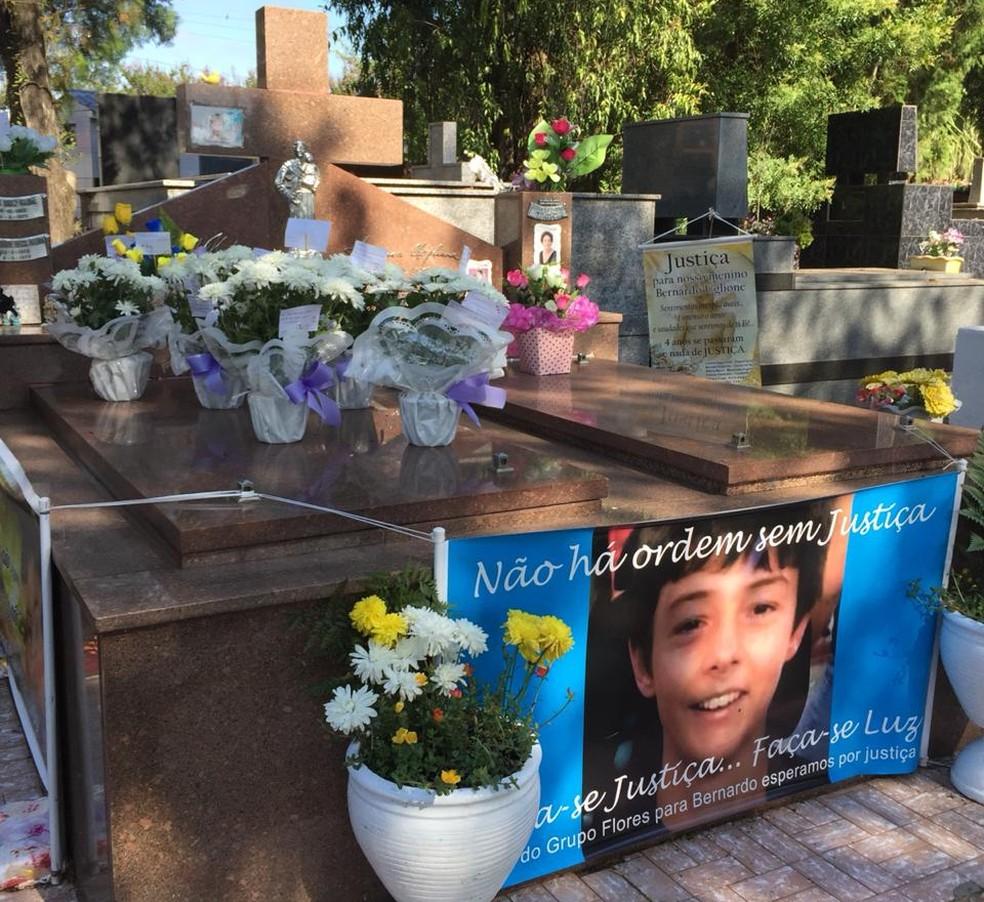 Após condenação de réus por assassinato, túmulo de Bernardo tem homenagens em Santa Maria | Rio Grande do Sul | G1
