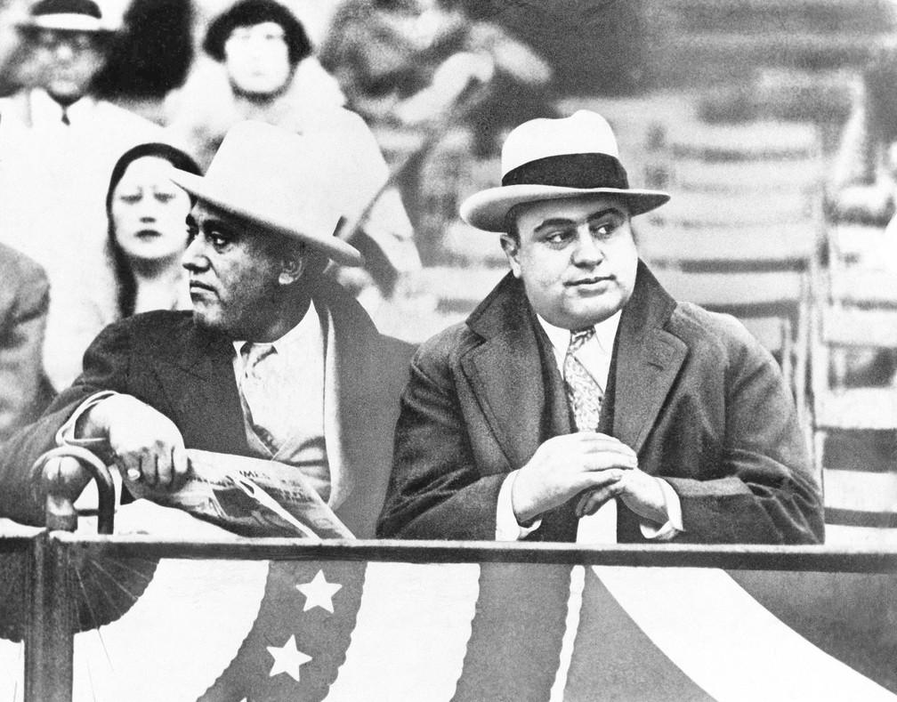 Al Capone (direita) assiste a um jogo entre Notre Dame e Northwestern Grid em Chicago, em 10 de outubro de 1931 — Foto: AP Photo, File