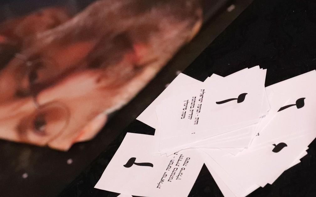 Cédulas falsas usadas em campanha eleitoral em Tel Aviv, Israel — Foto: Jack Guez / AFP Photo