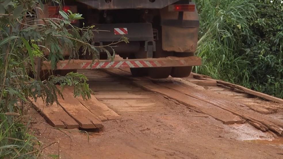 Motoristas passam em pontes de madeira para conseguir escoar a produção agrícola no Maranhão. (Foto: Reprodução/TV Mirante)