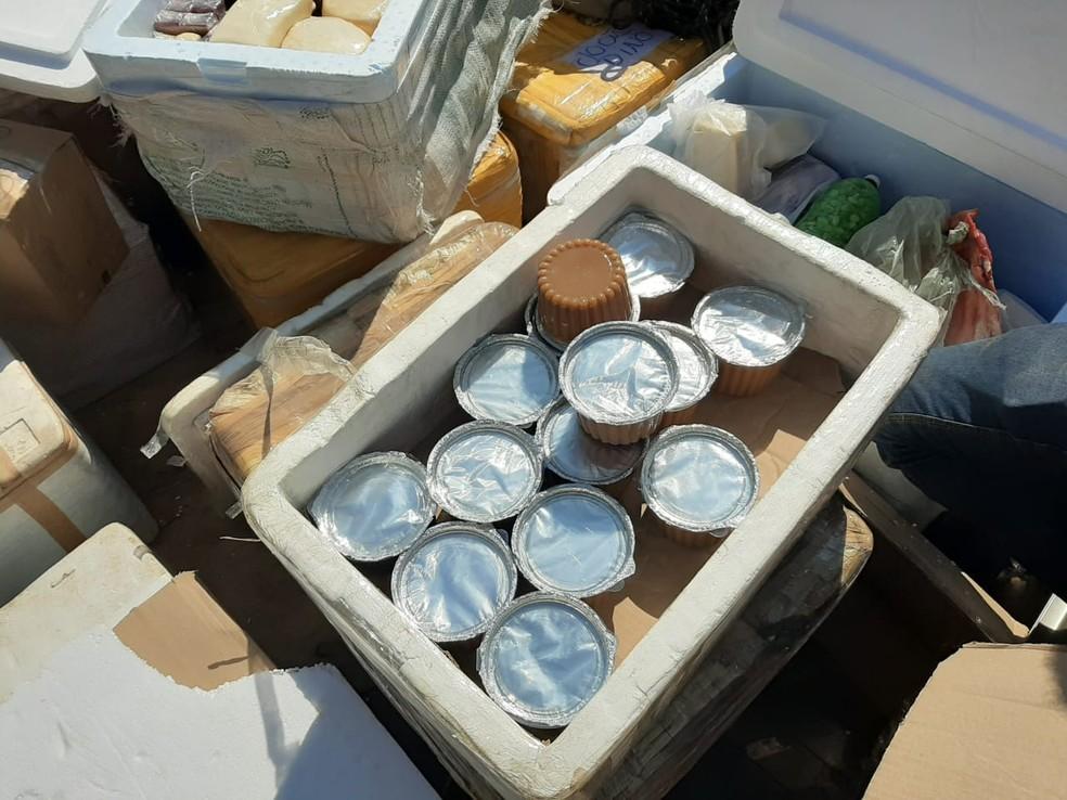 Derivados de leite e carnes estavam sendo transportados no caminhão — Foto: Polícia Militar / Divulgação