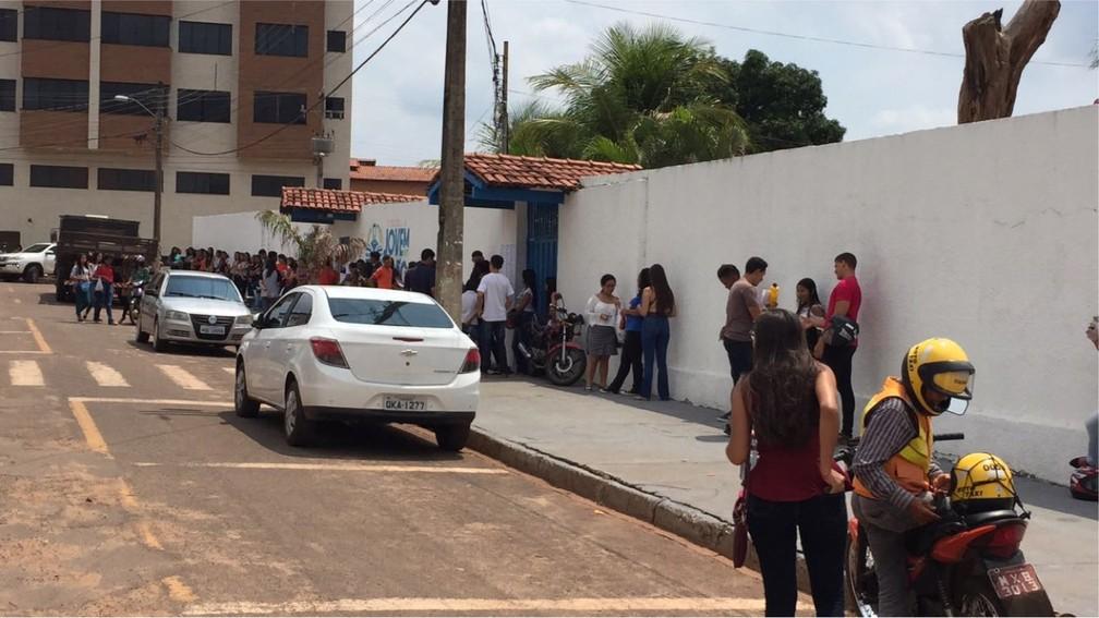 CEM Benjamim José de Almeida também teve filas antes da abertura dos portões (Foto: Lorena Aguiar/TV Anhanguera)