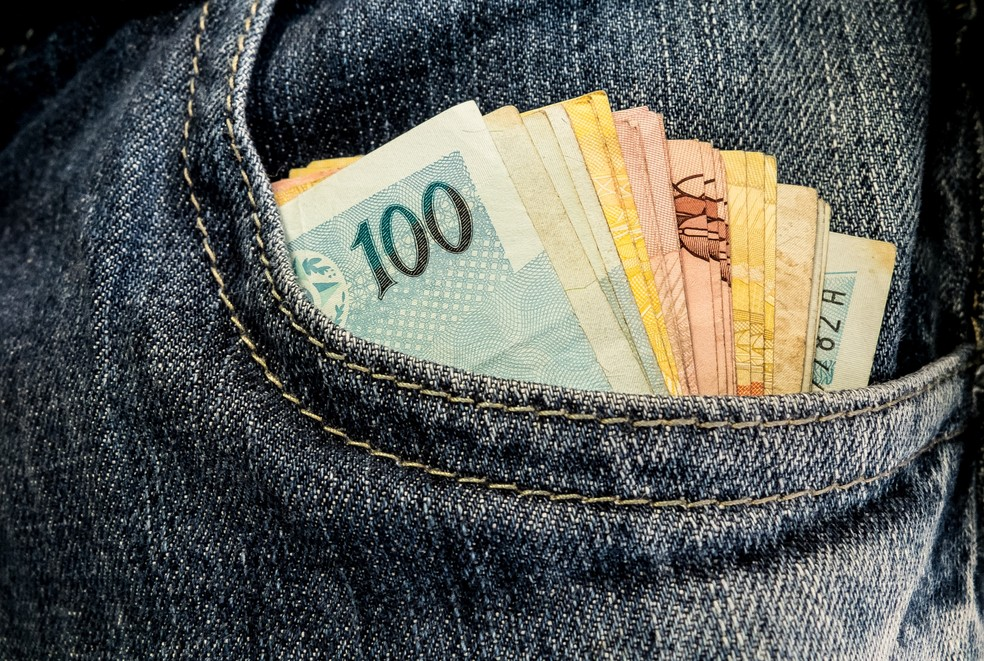 Cédulas de dinheiro no bolso — Foto: Arquivo/Agência Brasil