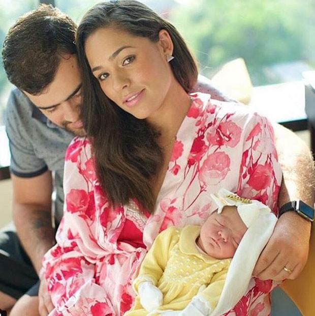 Roberta Almeida em família coma  filha recém-nascida  (Foto: Reprodução/Instagram)