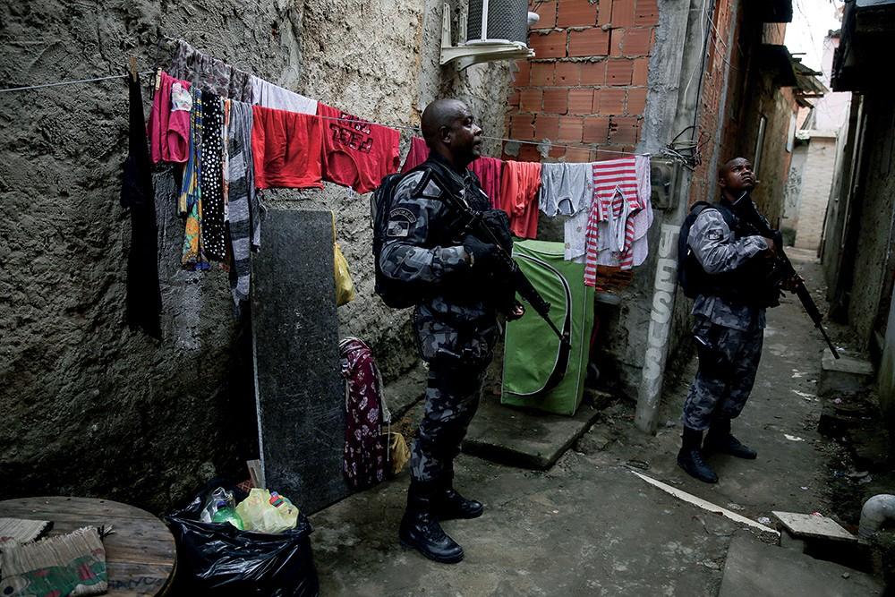POLÍCIA NAS RUAS O Exército ainda não apareceu na Maré. Na sexta-feira, uma operação da Polícia Civil usou blindados e helicópteros, com tiroteio por horas; só uma pessoa foi presa (Foto: Pilar Olivares/Reuters)