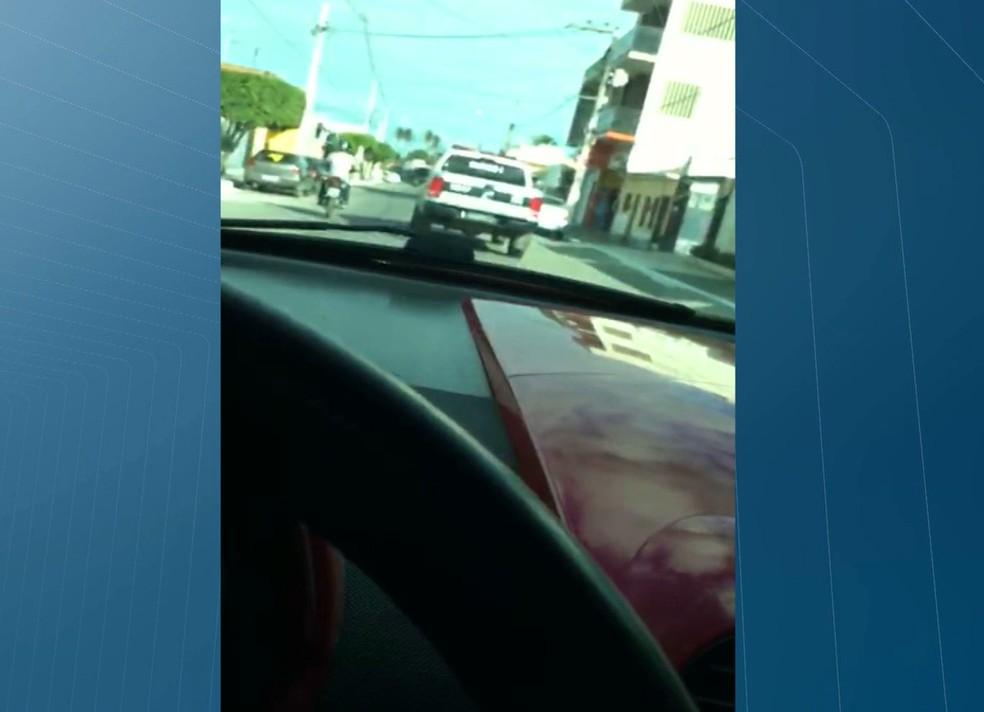 Menino filho de vice-prefeita faz vídeo selfie enquanto dirige carro e xinga a polícia, em Mamanguape (Foto: Reprodução/TV Cabo Branco)