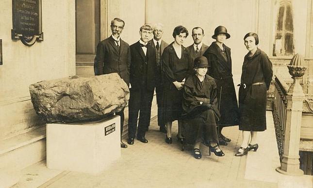 Visita de Marie Curie e de sua filha, Irene Joliot-Curie, ao Museu Nacional, em 02 de agosto de 1926. Destacamos Marie Curie (sentada) e, em pé, à direita, Bertha Lutz. Acervo do Museu Nacional/UFRJ