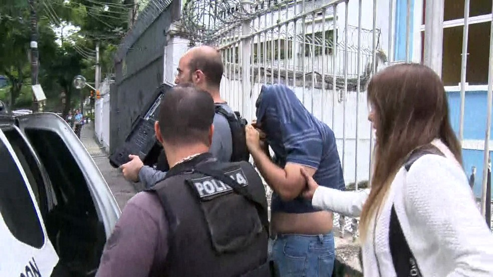 Um suspeito foi preso e um computador apreendido em um apartamento no Maracanã, na Zona Norte do Rio (Foto: Reprodução / TV Globo)