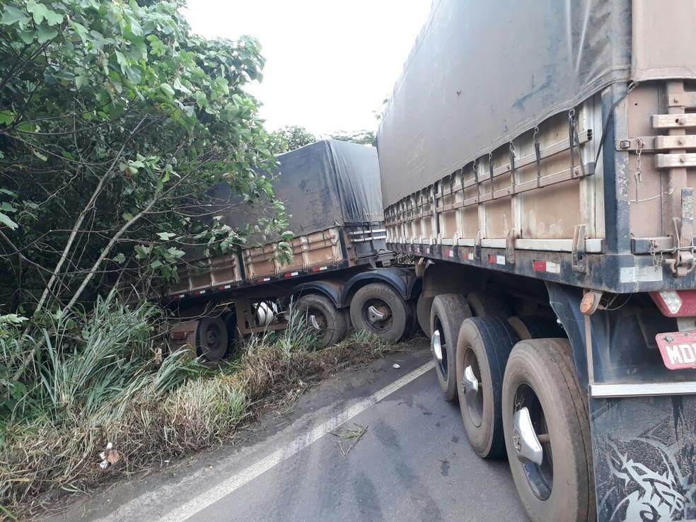 Carreta ficou atravessada na rodovia (Foto: WhatsApp/Reprodução)
