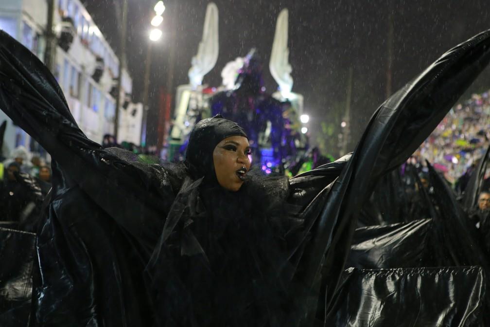 Ala da Império Serrano questiona se a vida seria sofrimento e dor — Foto: Rodrigo Gorosito/G1