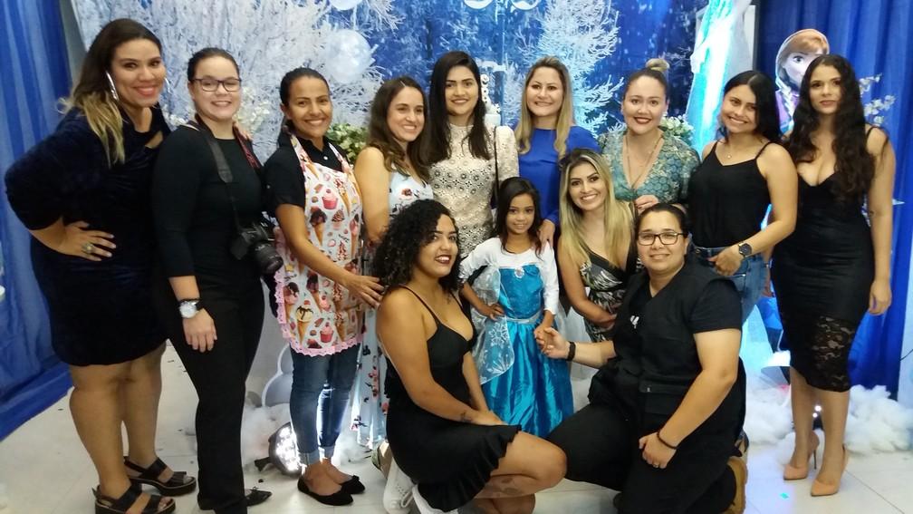 Parte do grupo de 30 pessoas que organizou a festa de Rinah (Foto: Rita Torrinha/G1)